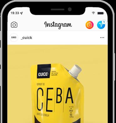 Foto de un móvil navegando en el Instagram de Cuick
